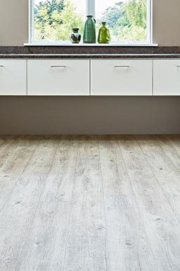 Light Oak wood effect vinyl wood in the kitchen (Unnatural Wood - UW5001)